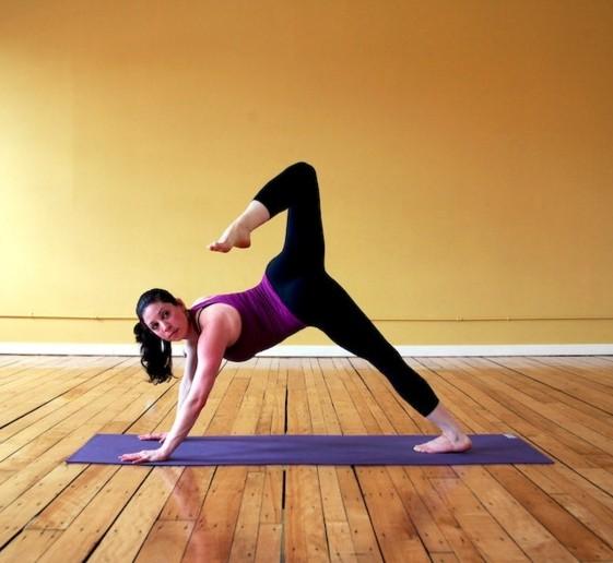 Асаны йоги: выгибающаяся собака на трех ногах