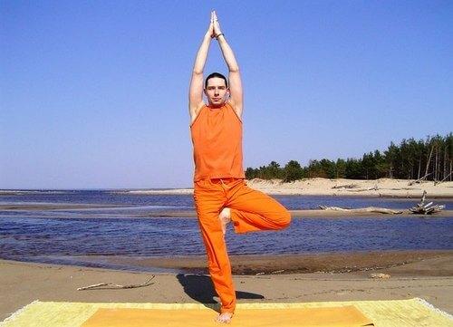 Поза дерева - йога для женщин в возрасте